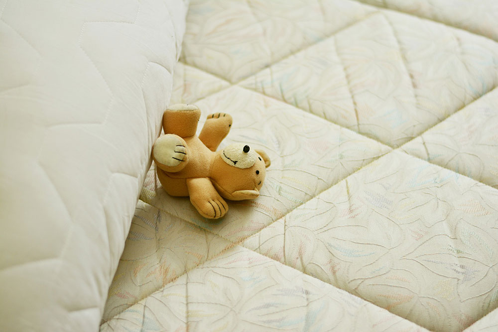 Marketing : Un ourson en peluche sur-matelas